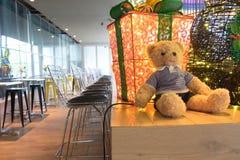 可爱的teddybear和大礼物盒投入了woodtable背景 免版税库存图片
