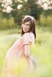 可爱美好的孕妇的感觉和放松 免版税库存照片