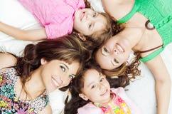年轻可爱西班牙女孩和母亲说谎 免版税库存照片