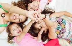 年轻可爱西班牙女孩和母亲说谎 免版税图库摄影