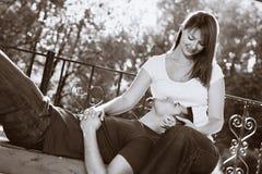 可爱长凳的夫妇 免版税库存照片