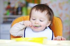可爱婴孩吃 免版税库存图片