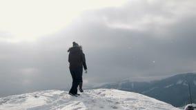 可笑女朋友做照片在山上面 影视素材