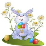 可笑的兔子用复活节彩蛋 免版税库存图片