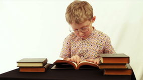 可笑的场面:在读书期间,男孩发现一美元钞票 股票录像