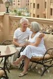 可笑的老夫妇在咖啡馆桌上 免版税库存图片