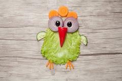可笑的鸡由菜做成在桌 库存照片