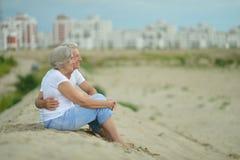 可笑的年长夫妇 免版税库存图片