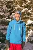 可笑远足者在冬天森林里 库存图片