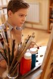 可胜任的孩子有绘画教训在学校 免版税库存图片