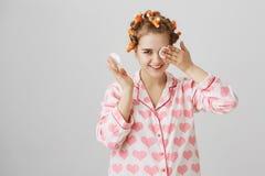 可能我没看见,而是听见 逗人喜爱的滑稽的欧洲女性画象抹染睫毛油的卷发夹和睡衣的 库存照片