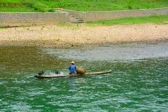 可能抓鱼的渔夫渔和两鸟 库存照片