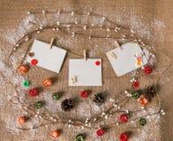可能拟订圣诞节朋友招呼节假日选项写道对愿望的晚上 新年计划 与卡片的顶视图 免版税库存图片