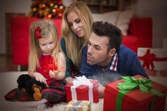 可能拟订圣诞节朋友招呼节假日选项写道对愿望的晚上 免版税图库摄影
