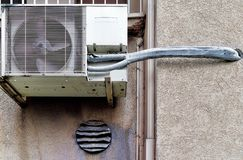可能老可能有缺陷的空调器和通风设备它在一座丑恶的高层建筑物的外墙上的爱好者 免版税库存照片