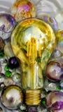 可能说明光芒四射的想法的美妙的电灯泡,可能在研究或研究 免版税图库摄影