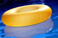 可膨胀的圆环在水中。 免版税库存图片