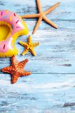 可膨胀的多福饼和海星蓝色木表面上 库存图片