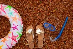 可膨胀的婴孩圈子凉鞋水下的面具废气管,在海滩的谎言 库存图片