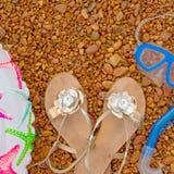 可膨胀的婴孩圈子凉鞋水下的面具废气管,在海滩的谎言 免版税库存图片