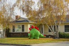 可膨胀的恐龙圣诞节装饰和秋天颜色 免版税库存图片