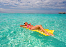 可膨胀的木筏手段热带妇女 免版税库存照片