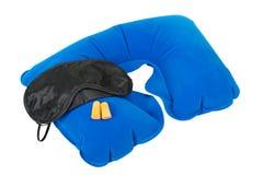 可膨胀的脖子枕头,休眠屏蔽和耳塞 库存图片