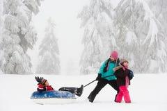可膨胀的雪橇的男孩 库存照片