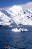 可膨胀的黄道带小船的生态游人和冰川和冰山在半月岛,布兰斯菲尔德海峡,南极洲附近 库存照片