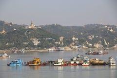 可航行的河伊洛瓦底省和曼德勒市,缅甸 库存图片