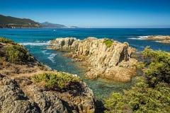 可西嘉岛的海岸和L'Ile鲁塞在背景中 免版税库存图片