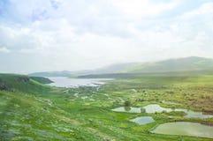 可西嘉岛科西嘉岛creno de法国LAC湖山山 山天空和绿色山谷的风景 的臂章 库存照片