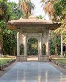 可让车辆出入庭院的通道支架门廊,在一个公园的门,开罗,埃及 库存照片