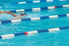 可识别的非室外池游泳者游泳 库存图片