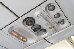 可调整的ights和一架商用飞机的空调器顶上的位子控制在一架飞机的有禁烟和安全带的 免版税库存图片