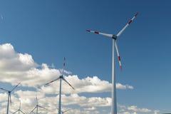 可选择能源、太阳电池板和造风机的生产在秋天 库存照片
