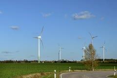 可选择能源、太阳电池板和造风机的生产在秋天 库存图片