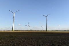可选择能源、太阳电池板和造风机的生产在秋天 免版税库存图片