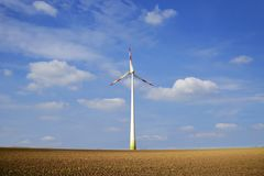 可选择能源、太阳电池板和造风机的生产在秋天 免版税库存照片