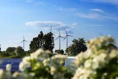 可选择能源、太阳电池板和造风机的生产 图库摄影