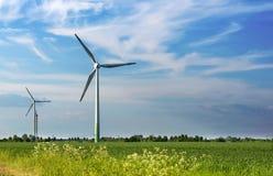 可选择能源、太阳电池板和造风机的生产 库存照片