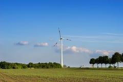 可选择能源、太阳电池板和造风机的生产 免版税图库摄影