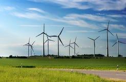 可选择能源、太阳电池板和造风机的生产 免版税库存照片