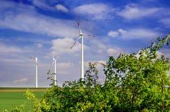 可选择能源、太阳电池板和造风机的生产 免版税库存图片
