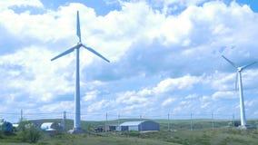 可选择能源农厂来源涡轮风 风力发电机风车在晴朗的蓝天天 域绿色涡轮风 免版税库存照片