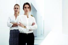 年轻可靠妇女领导成功的队在一起摆在现代办公室的礼服穿戴了, 图库摄影