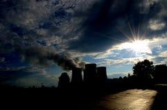 可更新的绿色能量的概念:一棵雏菊和草在残破的核能的标志 库存照片