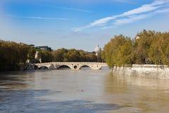 台伯河河和人行桥Ponte Sisto,罗马,意大利 图库摄影