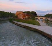 台伯河的台伯岛在日落的罗马意大利 免版税库存图片