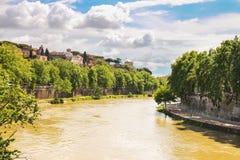 台伯河的美丽如画的江边的人们在罗马 库存照片